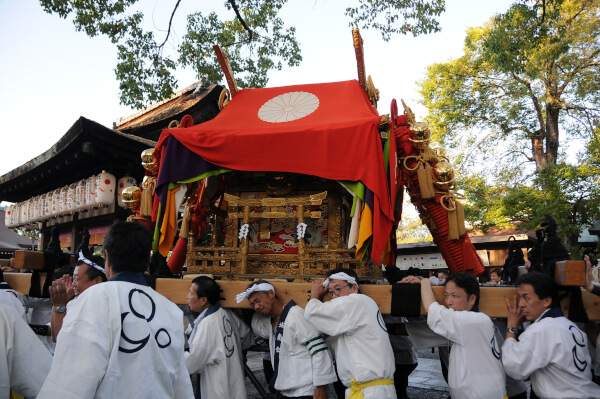 The Jonansai festival, where 3 mikoshi are paraded around the neighborhood is the most important festival of Jonangu Shrine..