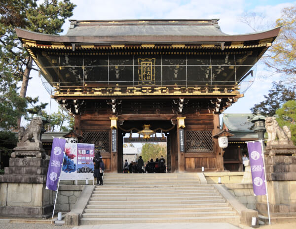 The large Romon Gate of Kitano Tenmangu Shrine.